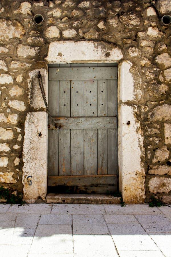 Fragmento de la fachada de una casa de piedra con una puerta en Croacia imagen de archivo
