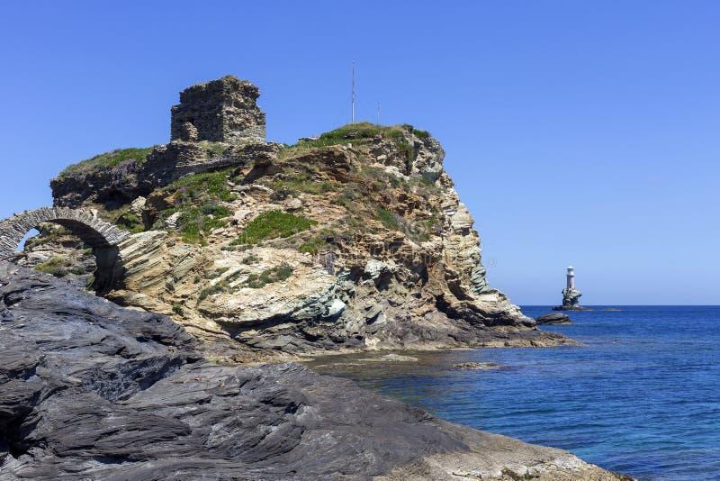 Fragmento de la fortaleza de Kastro, del faro Tourlitis y del puente arqueado en la isla Grecia, Cícladas de Andros imágenes de archivo libres de regalías