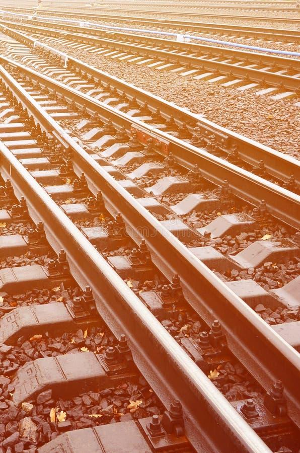 Fragmento de la foto de las pistas de ferrocarril en el weathe lluvioso fotos de archivo libres de regalías