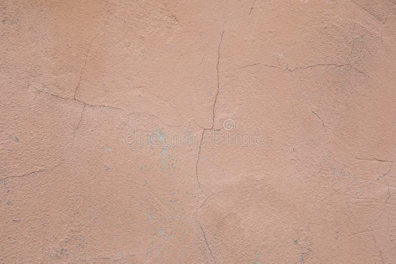 Fragmento de la pared con los rasgu?os y las grietas Pared resistida concreta fotografía de archivo