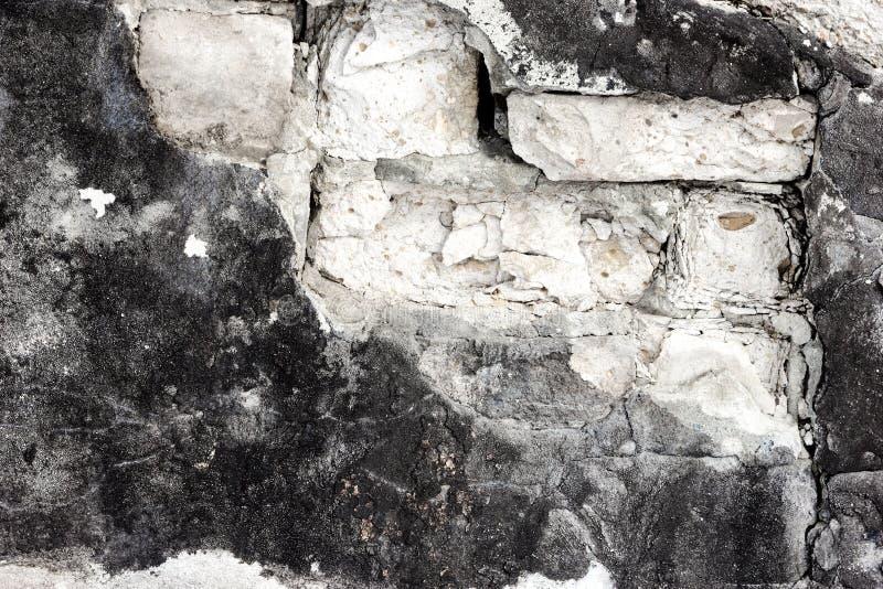 Fragmento de la pared de ladrillo con caído del yeso como backgro del grunge fotos de archivo