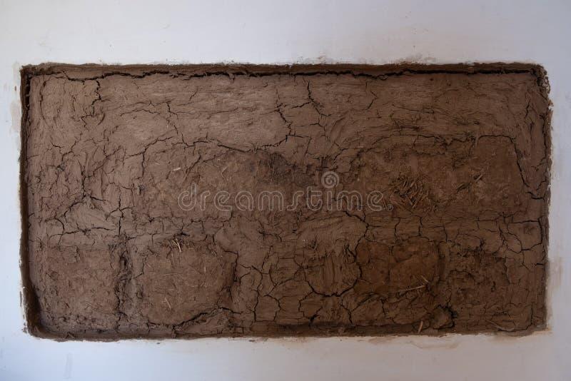 Fragmento de la pared de ladrillo del adobe Ladrillos hechos de la mezcla de arcilla y de paja Fondo rústico Textura natural fotografía de archivo libre de regalías