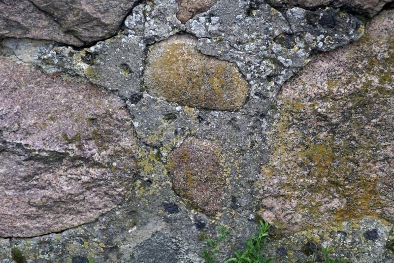 fragmento de la pared de piedra machacada del granito imagen de archivo