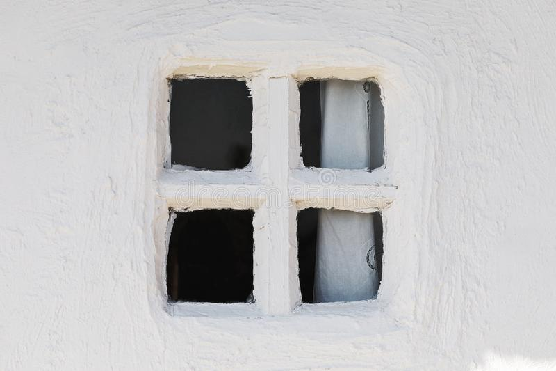Fragmento de la pared y de la ventana cerrada vieja imagenes de archivo