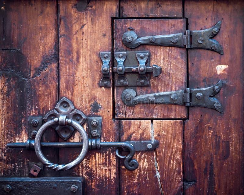 Fragmento de la puerta antigua imagen de archivo libre de regalías