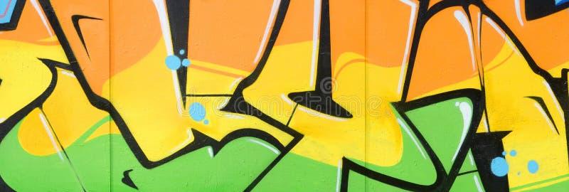 Fragmento de las pinturas coloreadas de la pintada del arte de la calle con contornos y el sombrear cierre para arriba foto de archivo libre de regalías