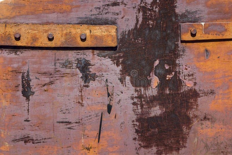 Fragmento de las viejas puertas oxidadas del hierro con los remaches foto de archivo
