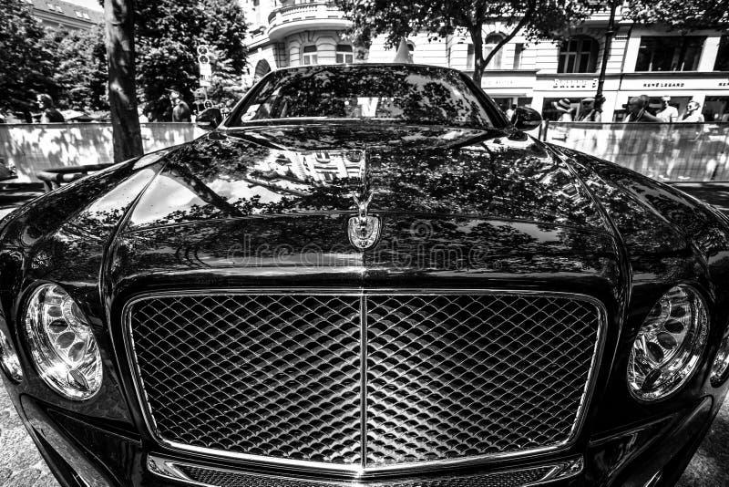 Fragmento de um carro luxuoso sem redução Bentley Mulsanne foto de stock royalty free