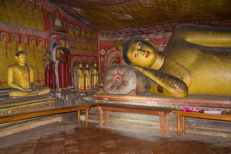 Fragmento de um interior do templo budista da caverna antiga Dambulla, Sri Lanka foto de stock