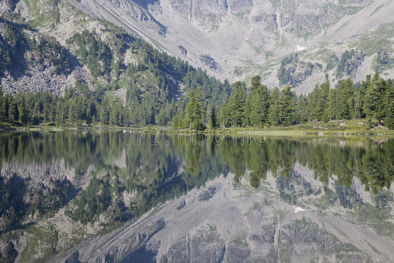 Fragmento de um lago da montanha imagens de stock