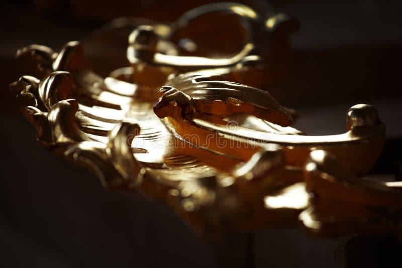 Fragmento de um ornamento dourado de madeira velho foto de stock