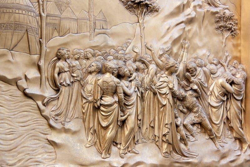 Fragmento de um relevo de bronze que descreve uma cena da Bíblia imagens de stock