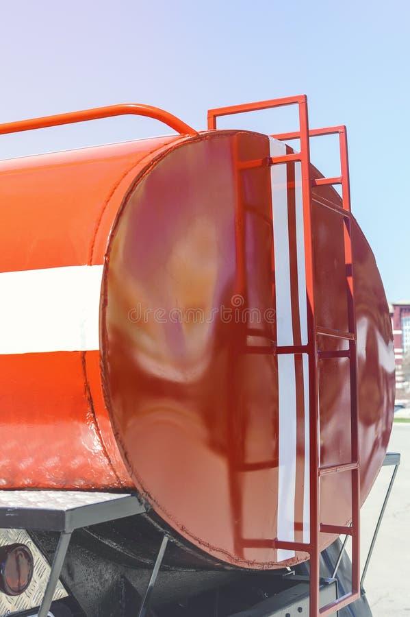 Fragmento de um reservatório vermelho do ferro em um carro de bombeiros com uma escada fotografia de stock