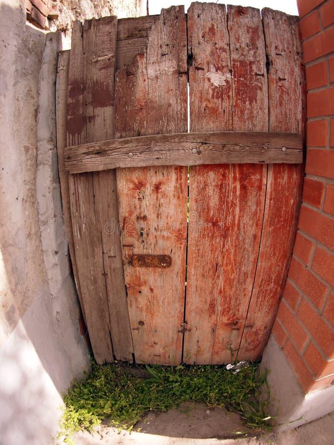 Fragmento de uma cerca de madeira velha na máscara do sol fotografia de stock royalty free