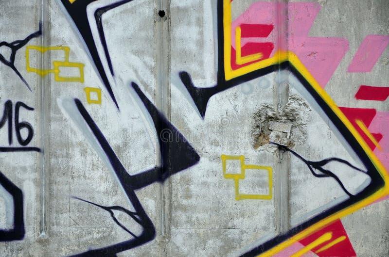 Fragmento de uma parede velha com pintura colorida dos grafittis imagens de stock