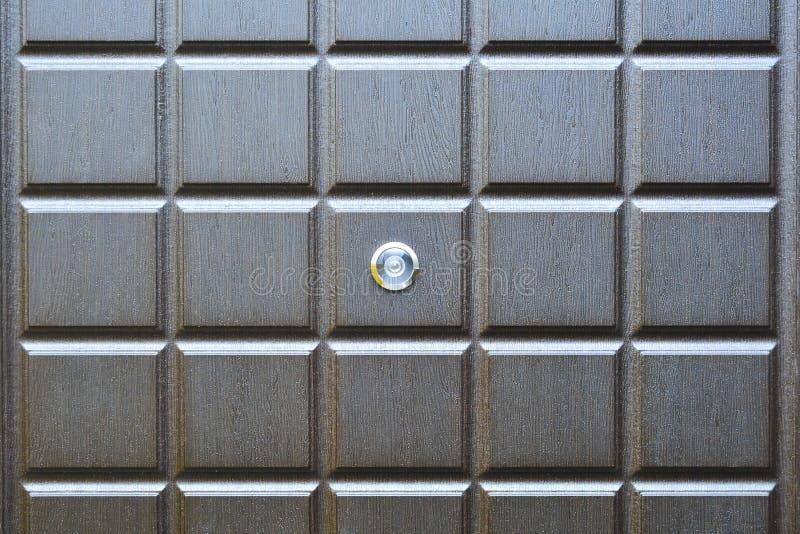 Fragmento de uma porta de entrada com um peephole da porta Conceito: segurança diária, convidados uninvited foto de stock royalty free