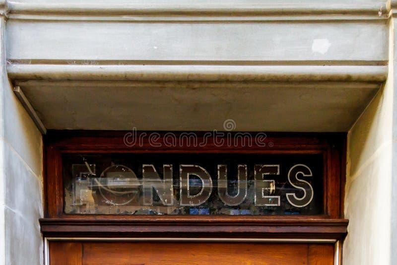 Fragmento de uma porta velha com um sinal em Suíça imagem de stock royalty free