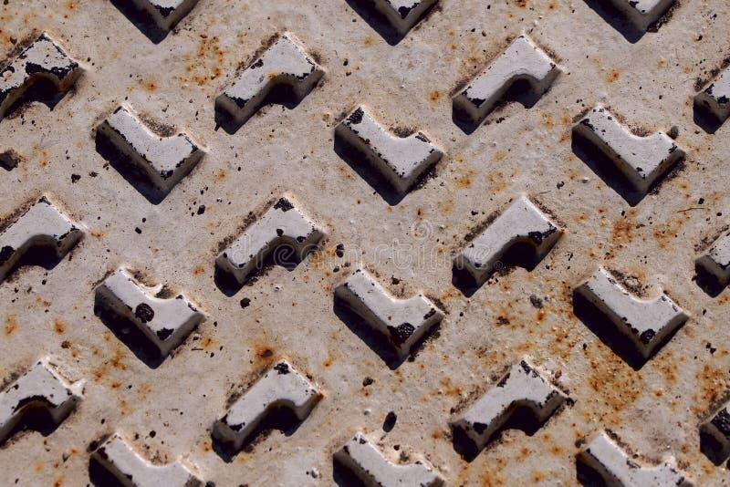 Fragmento de uma superfície de metal branco velha com figuras geométricas com os pontos da oxidação e do dano fotos de stock