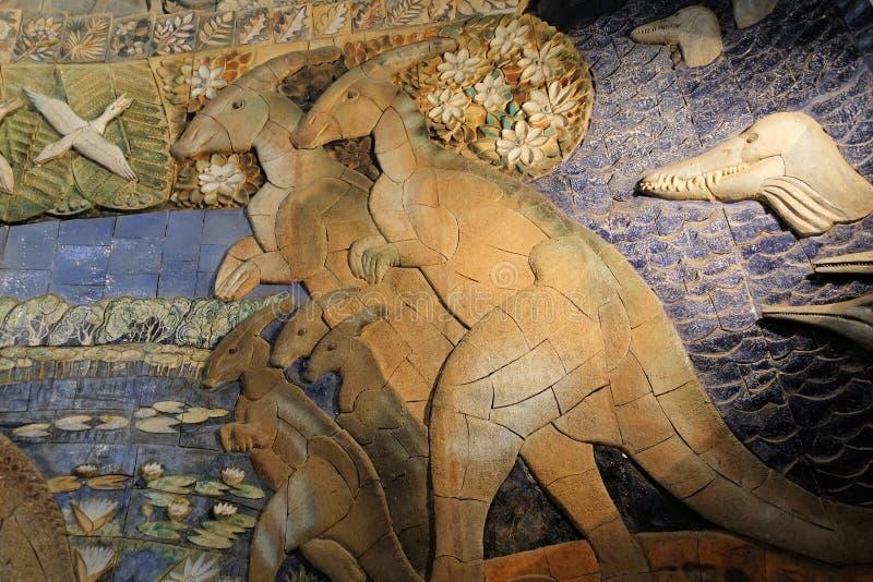 Fragmento de un bajorrelieve con la imagen de dinosaurios en el museo de la paleontología Moscú - 1 de diciembre 2018 fotografía de archivo libre de regalías