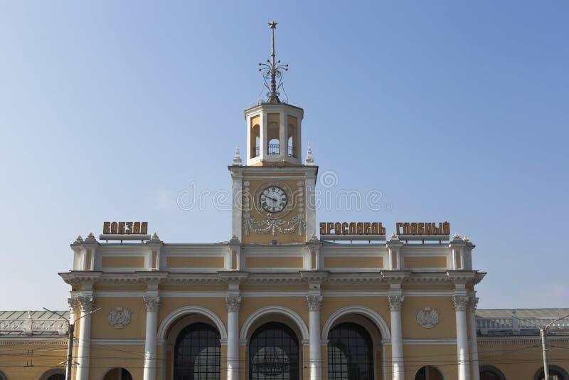 Fragmento de un edificio el ferrocarril en la ciudad de Yaroslavl imágenes de archivo libres de regalías