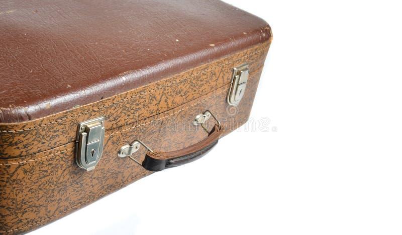 Fragmento de un estilo retro de la maleta de cuero marrón aislado en un fondo blanco Copie el espacio fotografía de archivo libre de regalías