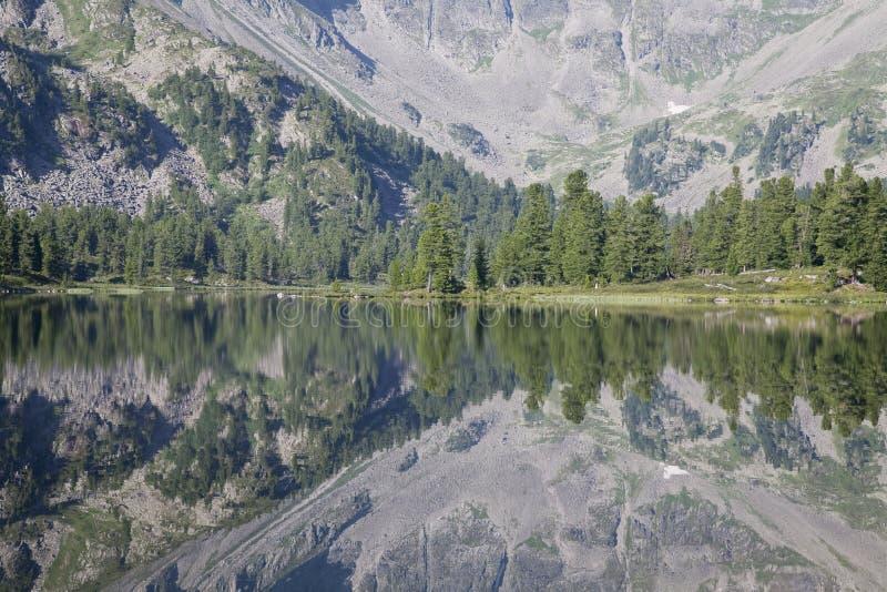 Fragmento de un lago de la montaña imagenes de archivo