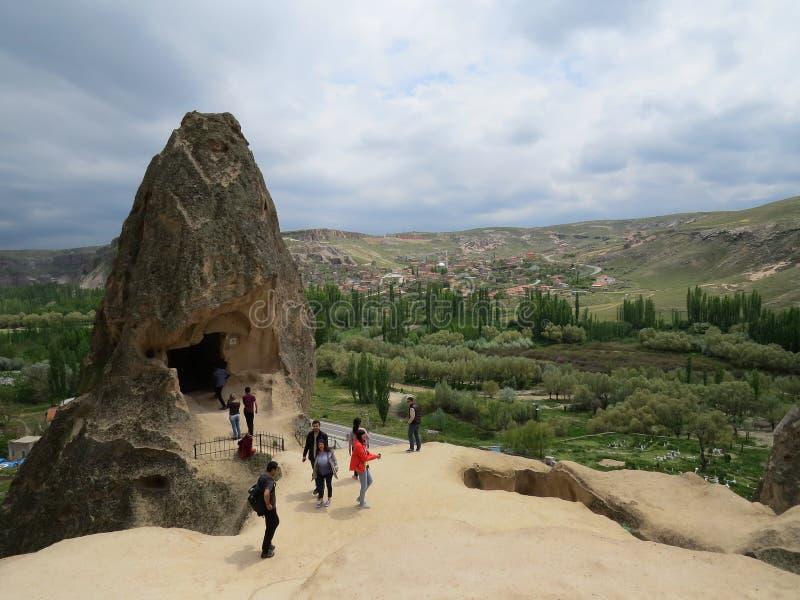 Fragmento de un monasterio de la roca en Selim, en el extremo del valle de Ihlara, Cappadocia Turistas en el viaje imágenes de archivo libres de regalías