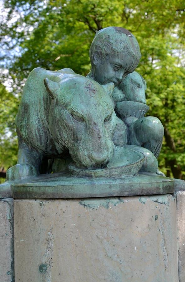 Fragmento de un monumento al fundador y al primer director del parque zoológico Herman Klaass de Konigsberg fotografía de archivo libre de regalías