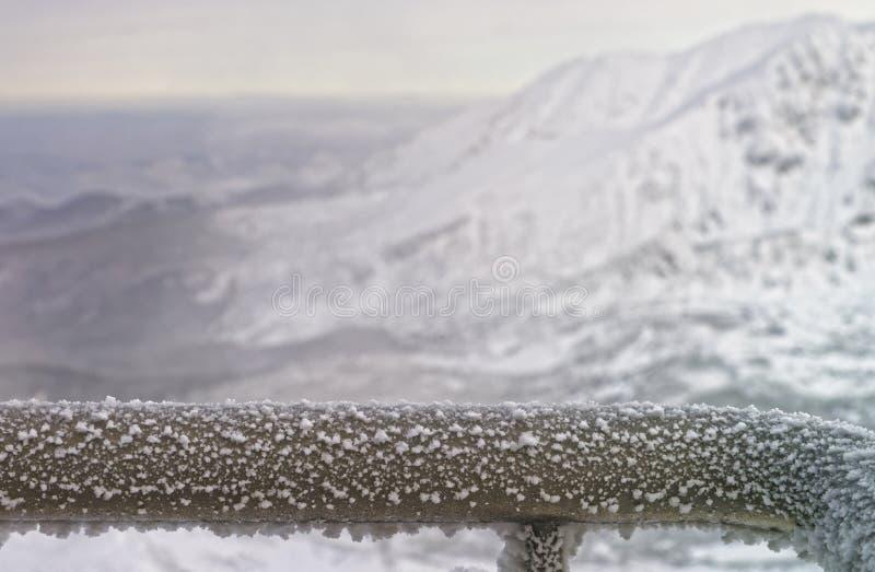 Fragmento de una cerca Rail que es congelado en montañas en invierno imagenes de archivo