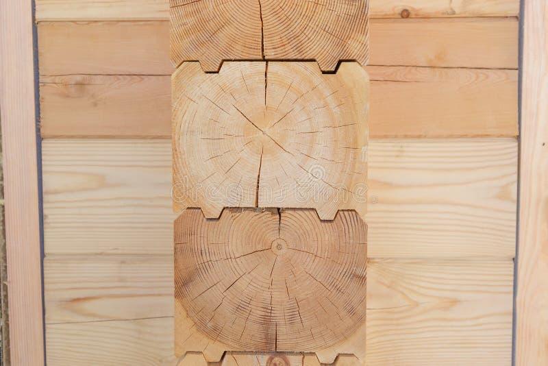 Fragmento de una construcci?n construida de la madera pegada del pino foto de archivo libre de regalías