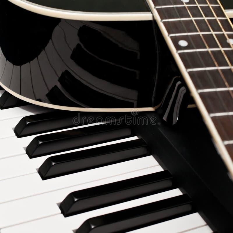 Fragmento de una guitarra fotos de archivo