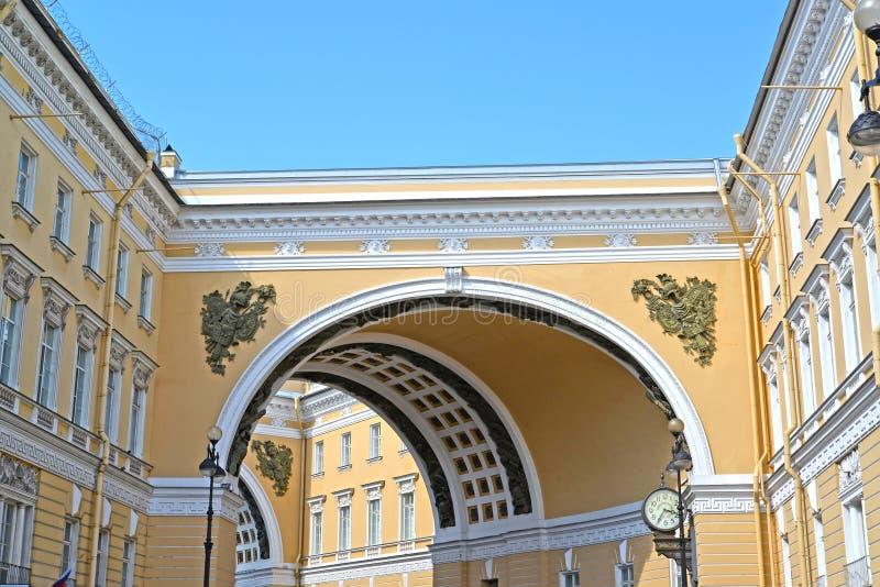 Fragmento del arco del edificio del estado mayor general de la calle de Bolshoy Morskoy St Petersburg fotografía de archivo libre de regalías
