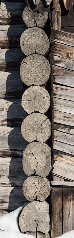 Fragmento del blocao del pino con la pared de la esquina imagen de archivo