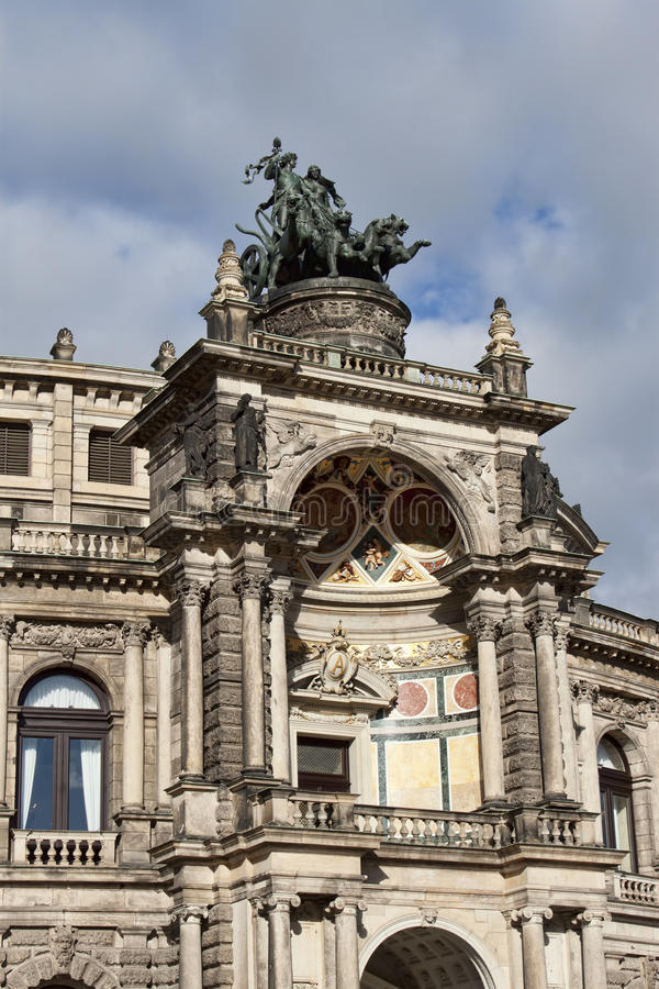 Fragmento del edificio del teatro de la ópera de Semper en Dresden fotografía de archivo
