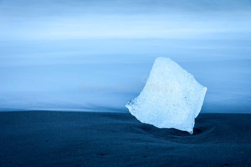 Fragmento del iceberg en la playa cerca de Jokulsarlon, Islandia fotos de archivo
