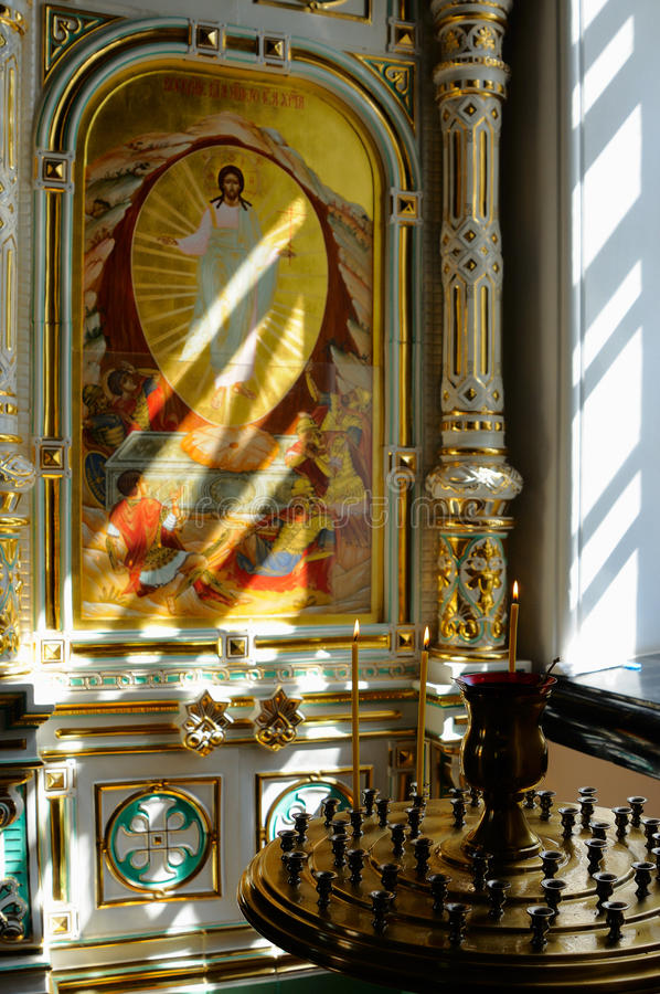 Fragmento del iconostasio de la loza de barro con los iconos de Cristo fotos de archivo libres de regalías