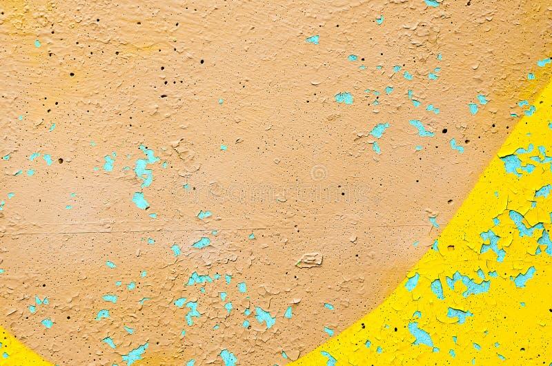 Fragmento del muro de cemento, pintado con la pintura beige Fondo colorido brillante imagenes de archivo