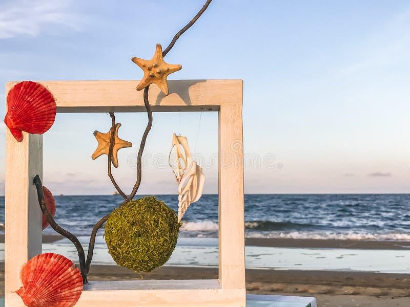 Fragmento del paisaje de un lugar para el resto en una playa arenosa cerca de Odessa, Ucrania fotografía de archivo libre de regalías