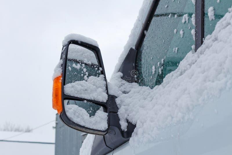 Fragmento del taxi nevado del camión en un fondo del cielo nublado del invierno foto de archivo libre de regalías