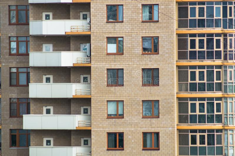 Fragmento do close-up da fachada do prédio de apartamentos tijolo-monolítico moderno imagem de stock royalty free