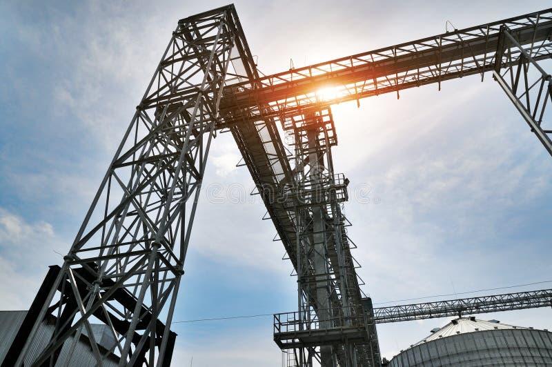 Fragmento do elevador de grão do metal na facilidade com silo fotos de stock royalty free
