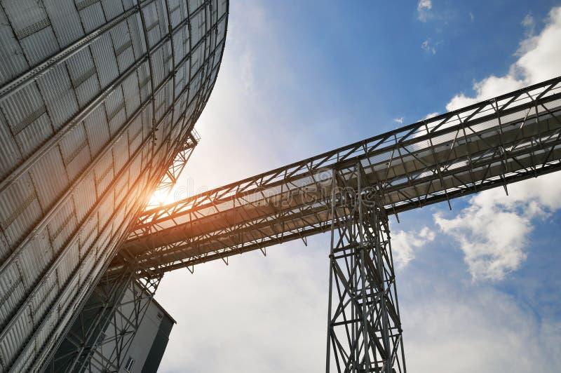 Fragmento do elevador de grão do metal na facilidade com silos fotografia de stock royalty free