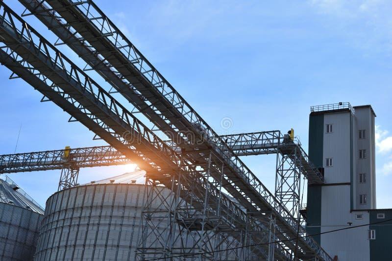 Fragmento do elevador de grão do metal na facilidade com silos fotos de stock
