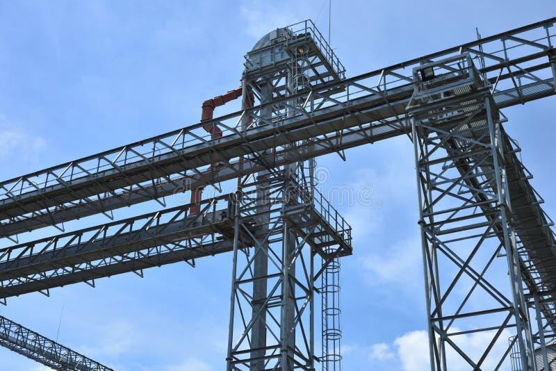Fragmento do elevador de grão do metal na facilidade com silos imagem de stock royalty free
