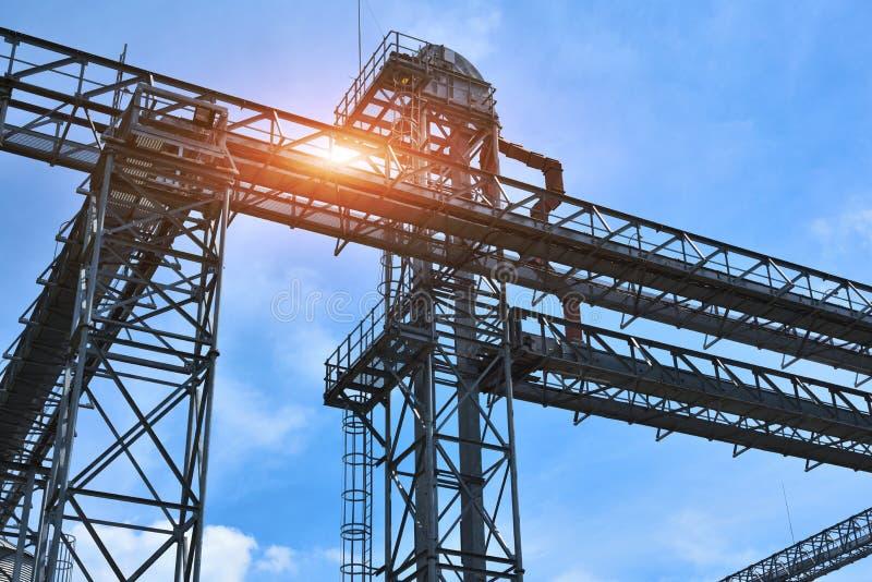 Fragmento do elevador de grão do metal na facilidade com silos imagens de stock royalty free