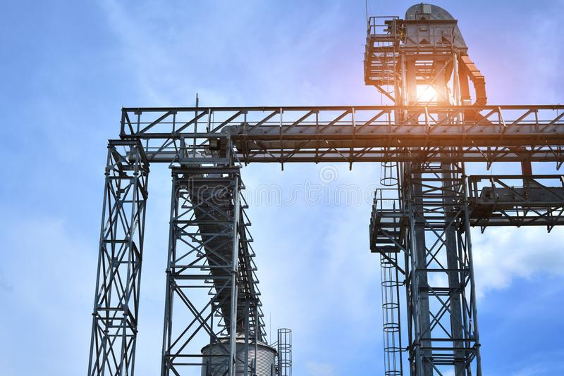Fragmento do elevador de grão do metal na facilidade com silos fotografia de stock