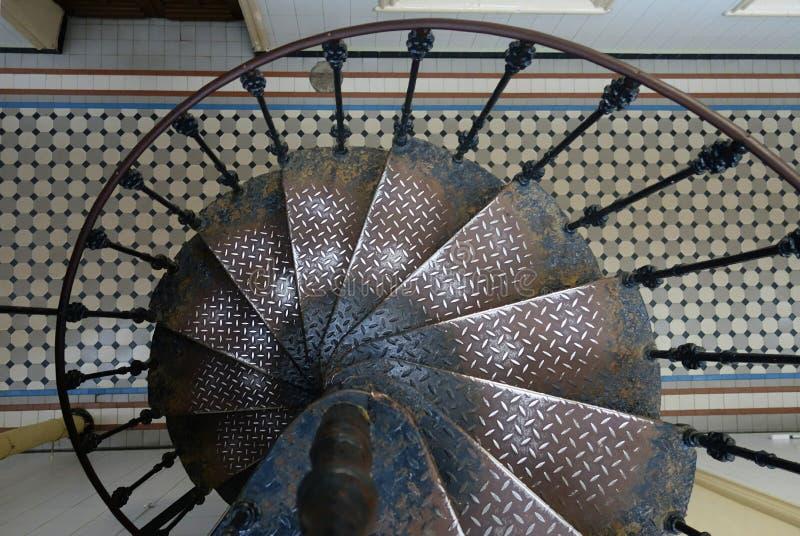Fragmento do interior com uma escadaria espiral da estação de trem de Vitebsk imagens de stock royalty free