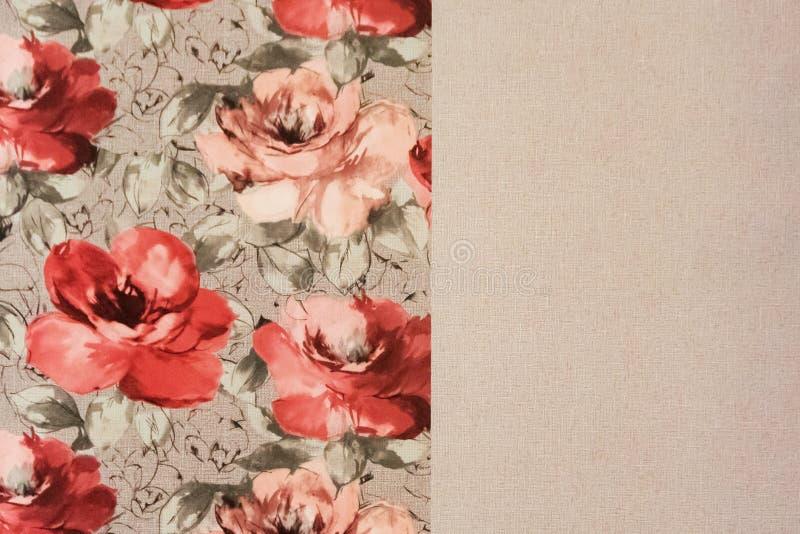 Fragmento do papel de parede colorido com o ornamento floral útil como o fundo fotografia de stock