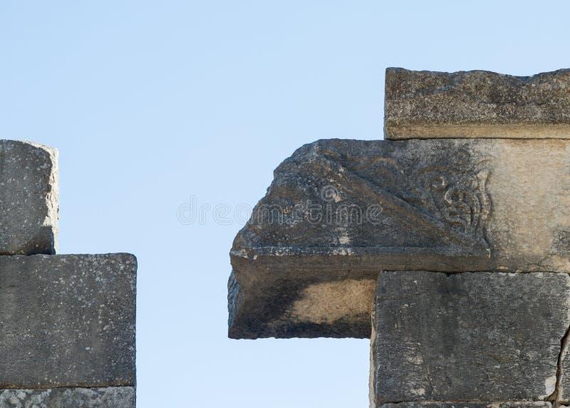 Fragmento do teste padrão cinzelado sobre a entrada às ruínas do Sinagogue grande do período Talmudic no parque nacional do am do imagens de stock royalty free