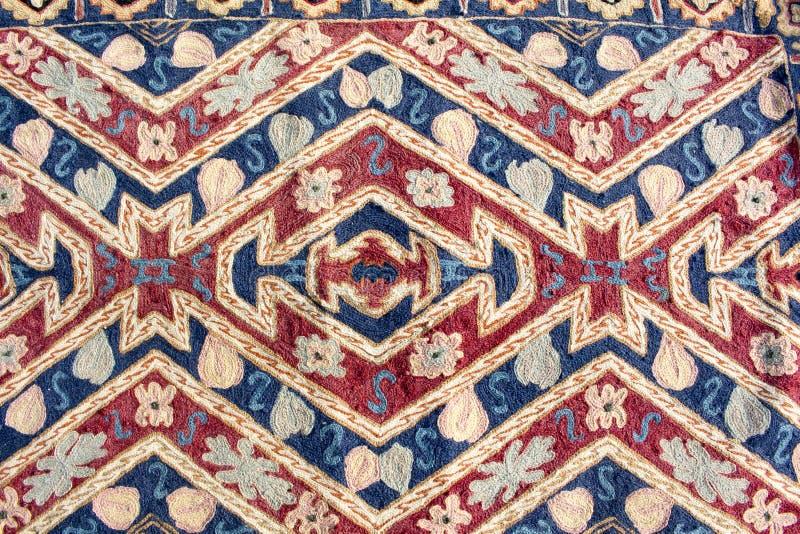 Fragmento do teste padrão retro colorido de matéria têxtil da tapeçaria como o backgroun imagem de stock royalty free